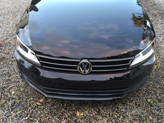 2016 Volkswagen Jetta (Black Uni Exterior with Glasscoat/Two-toned black and ceramic leatherette interior)