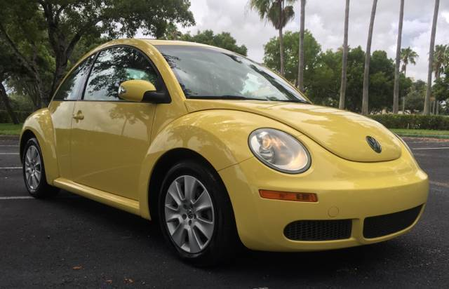 2009 Volkswagen Beetle-New (Yellow/Black)