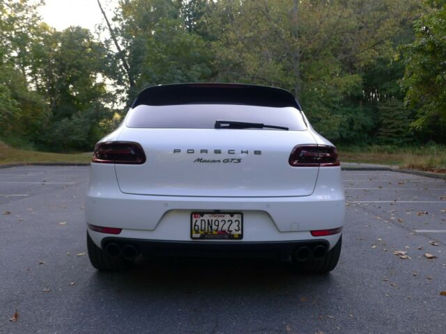 2017 Porsche Macan (White/Red)