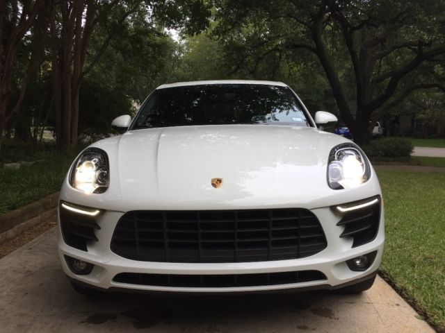 2016 Porsche Macan (Carrera White/Black)